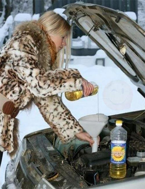 Блондинка меняет масло в машине